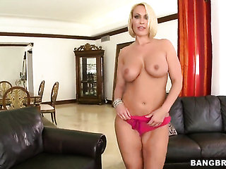Blonde Melanie Monroe with massive melons and smooth bu...