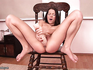 Brunette Monchi has some time to rub her cunt
