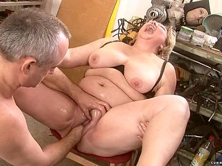 Mature gal with phat booty sticks her fingers so deep i...
